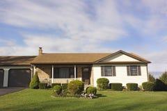 Haus und grüner Rasen Lizenzfreies Stockfoto