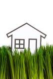 Haus und grünes Gras Stockfotos