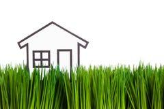 Haus und grünes Gras Stockbild