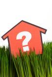 Haus und grünes Gras Lizenzfreie Stockfotografie