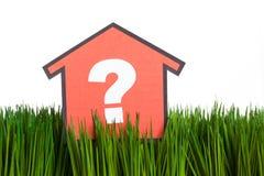 Haus und grünes Gras Lizenzfreies Stockfoto