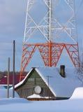 Haus und industrieller Kontrollturm Stockbilder