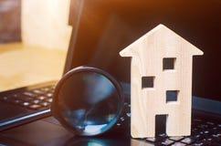 Haus und Lupe auf der Tastatur Das Konzept der Wohnungssuche im Internet Kaufen Sie eine Wohnung für Verkauf online stockfoto