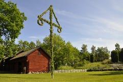 Haus und Mittsommerbaum Stockfoto