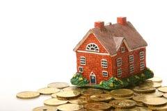 Haus und Münzen Stockfotos