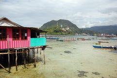 Haus und Pier an der Seeküste lizenzfreies stockfoto