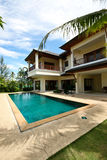 Haus und Pool. Stockbild