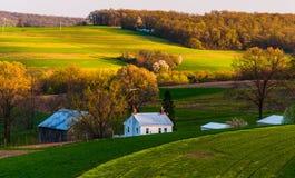 Haus und Scheune auf den Bauernhoffeldern und der Rolling Hills von Süd-York County, PA. Stockfotografie