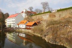 Haus und Schloss über einem Fluss Stockfoto