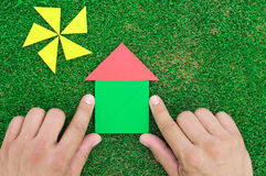 Haus und Sonne gemacht von den Tangramzahlen Lizenzfreies Stockfoto