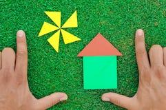 Haus und Sonne gemacht von den Tangramzahlen Lizenzfreie Stockfotos