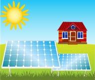 Haus und Sonnenkollektoren auf Dach Stockbilder