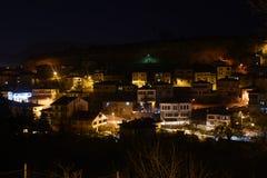 Haus- und Straßenlaterneverschneiter Winter Safranbolu setzen Zeit Karabuk der Türkei fest Lizenzfreies Stockbild