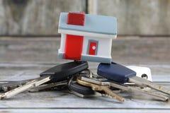 Haus und Tasten Begriffsbild für Investoren in den Immobilien Ein Haus kaufen, Wohnung und Schlüssel empfangend Stockbilder