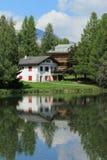 Haus und weißer See bei Crans Montana, bis zum Sommer stockfotografie