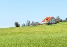 Haus und Wiese Stockfotos