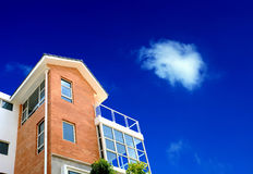 Haus und Wolke Lizenzfreie Stockfotos
