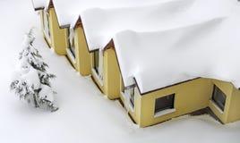 Haus unter dem Schnee Stockfoto