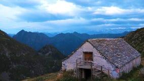 Haus unter den Bergen Stockfotografie