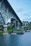 Haus unter der Brücke Lizenzfreie Stockfotografie