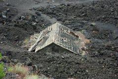 Haus unter Lava Stockbild