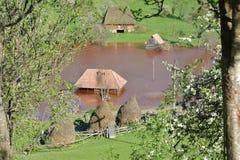 Haus unter rotem sterilem am See von Geamana in den Apuseni-Bergen, Rumänien Stockfoto