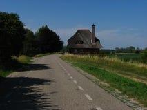 Haus viejo con el tejado de la paja Foto de archivo