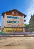 Haus von Garmisch-Partenkirchen mit hellgrünen Fensterläden lizenzfreie stockfotografie