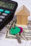 Haus von Holzklötzen und von Währungsdollar mit Taschenrechner auf Bauzeichnung, Gebäudehauskonzept Stockbilder