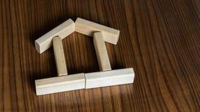 Haus von Stöcken auf dem Tisch Stockfotografie