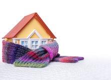 Haus wird in einem Schal eingewickelt lizenzfreies stockbild