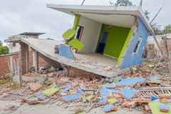 Haus zerstört durch das am 16. April 2016 während des Erdbebens, das 7 misst 8 auf der Richterskala, Südamerika, Manta Lizenzfreie Stockfotografie