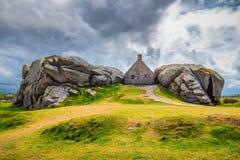 Haus zwischen den Felsen in Meneham-Dorf, Kerlouan, Finistere, stockbilder