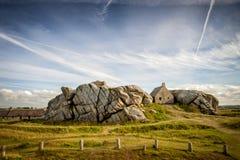 Haus zwischen den Felsen in Meneham-Dorf, Kerlouan, Finistere, Brittany Bretagne, Frankreich stockfotografie