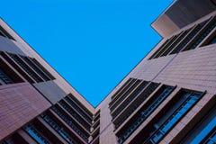 Hausansicht des roten Backsteins von unterhalb Stockfotografie