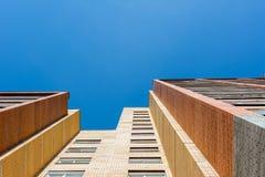 Hausansicht des roten Backsteins von unterhalb Stockfotos