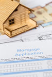 HausAntrag auf Hypothekendarlehen mit Musterhaus Stockbilder
