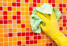Hausaufgaben - Abwischen der Badezimmerwand mit Putztuch Lizenzfreies Stockbild