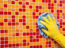 Hausaufgaben - Abwischen der Badezimmerwand mit Putztuch Lizenzfreies Stockfoto