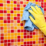 Hausaufgaben - Abwischen der Badezimmerwand mit Putztuch Stockfotografie