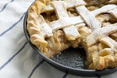 Hausbackener Apfelkuchen auf Stoff, Seitenansicht nahaufnahme lizenzfreies stockbild