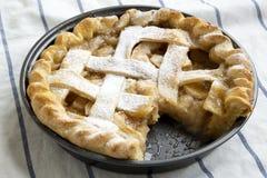 Hausbackener Apfelkuchen auf Stoff, Seitenansicht Nahaufnahme lizenzfreie stockfotos