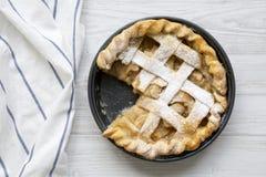 Hausbackener Apfelkuchen auf weißer Holzoberfläche, Draufsicht Flache Lage, obenliegend, von oben nahaufnahme lizenzfreies stockfoto