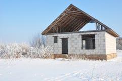Hausbau im Winter Unfertiges Hauptdeckungsmetall deckt Bau mit Ziegeln Deckungs-Bau im Winter stockbild