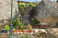 Hausbau zwischen Felsen stockfoto