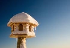 Hausbaumuster mit Schnee und blauem Himmel Stockfotografie