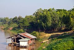 Hausboot auf dem Fluss. lizenzfreie stockfotos