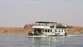 Hausboot auf dem Wasser in See Lizenzfreie Stockfotos
