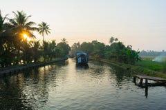 Hausboot auf Kerala-Stauwasserkanal lizenzfreie stockbilder