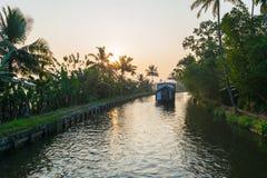 Hausboot auf Kerala-Stauwasserkanal lizenzfreie stockfotos